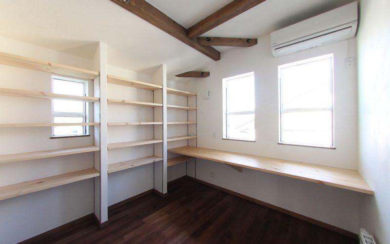 壁面いっぱいに本棚を設けた書斎 | 自然素材の注文住宅,健康住宅 | 実例写真 | 東京都練馬区