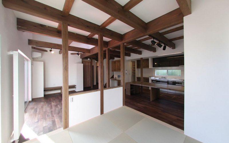 小上がりのある広々としたリビング | 自然素材の注文住宅,健康住宅 | 実例写真 | 東京都練馬区