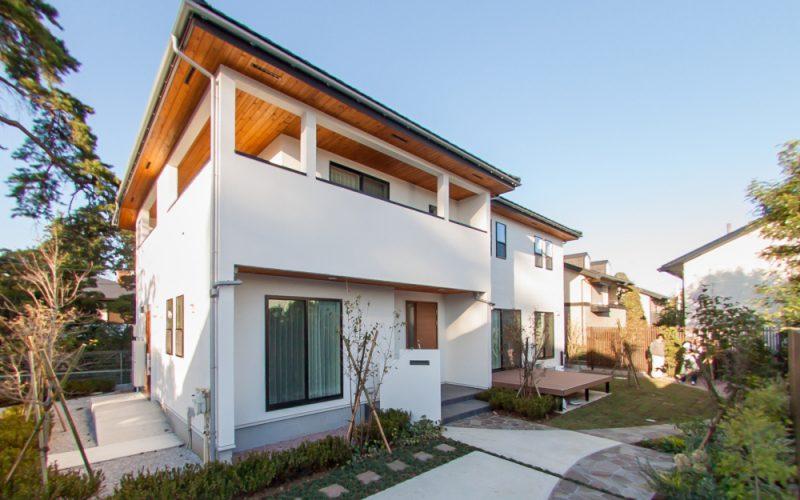 軒天の木張りと白い外壁が調和する外観 | 自然素材の注文住宅,健康住宅 | 実例写真 | 東京都練馬区