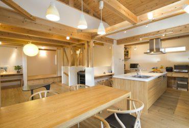 アイランドキッチンと本棚階段がある家