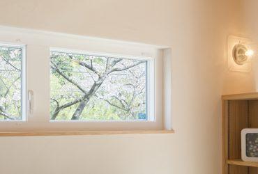 朝の目覚めの良い「お花見窓」のある家