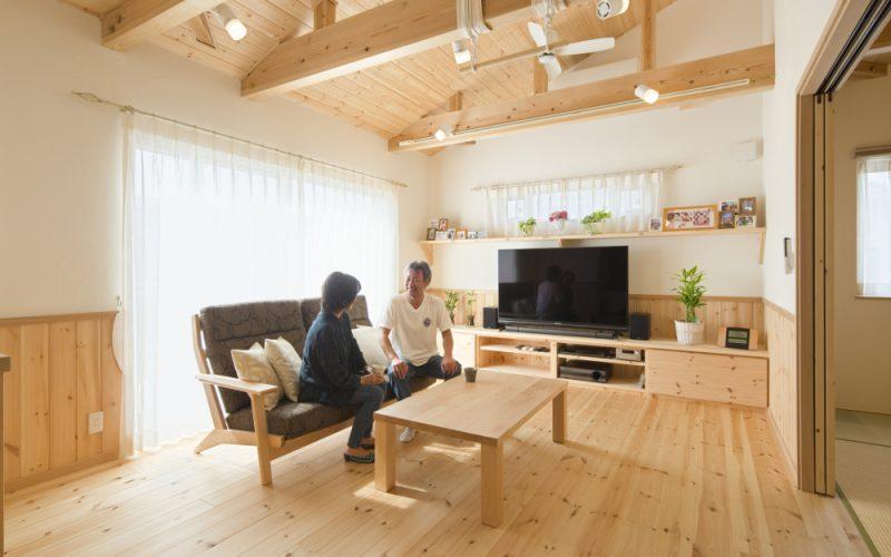 窓から差し込む陽光が心地よいリビング   自然素材の注文住宅,健康住宅   実例写真   埼玉県久喜市