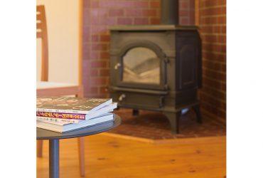 薪ストーブの炎を眺める幸せ。木をたくさん使った平屋の家。