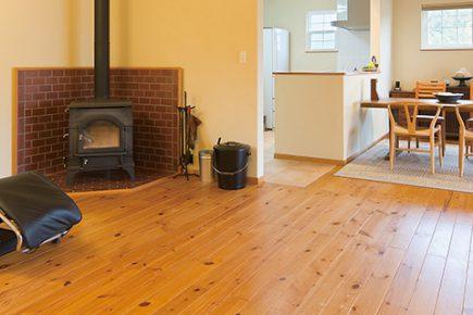薪ストーブの炎を眺める幸せ 木をたくさん使った平屋の家