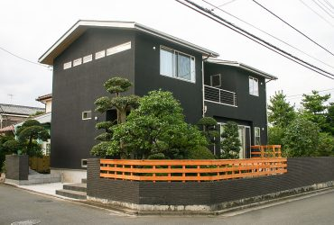Wood & Black 調和と主張の融和の家