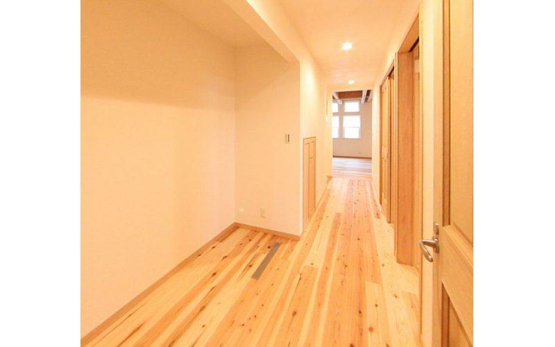 素足が気持ちいい無垢フローリングの廊下   自然素材の注文住宅,健康住宅   実例写真   東京練馬区