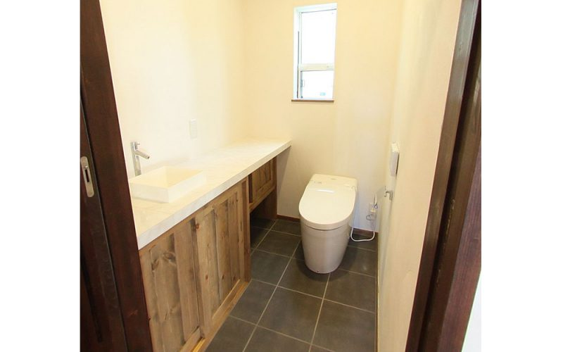 タイルがアクセントのトイレ | 自然素材の注文住宅,健康住宅 | 実例写真 | 東京都練馬区