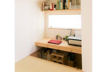 小上がりの段差を利用して設けたPCコーナー | 自然素材の注文住宅,健康住宅 | 実例写真 | 東京都西東京市