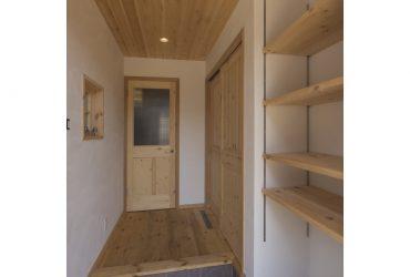 十分な収納力のある玄関脇のシューズクローゼット | 自然素材の注文住宅,健康住宅 | 実例写真 | 埼玉県さいたま市