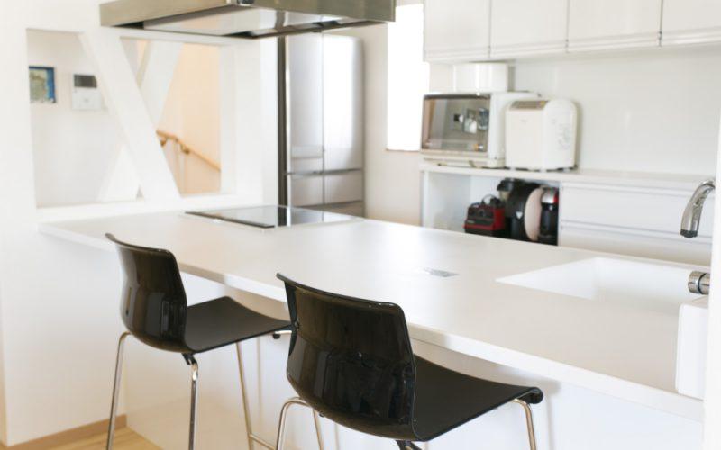 モノトーンでお洒落にまとまったアイランドキッチン   自然素材の注文住宅,健康住宅   実例写真   埼玉県さいたま市
