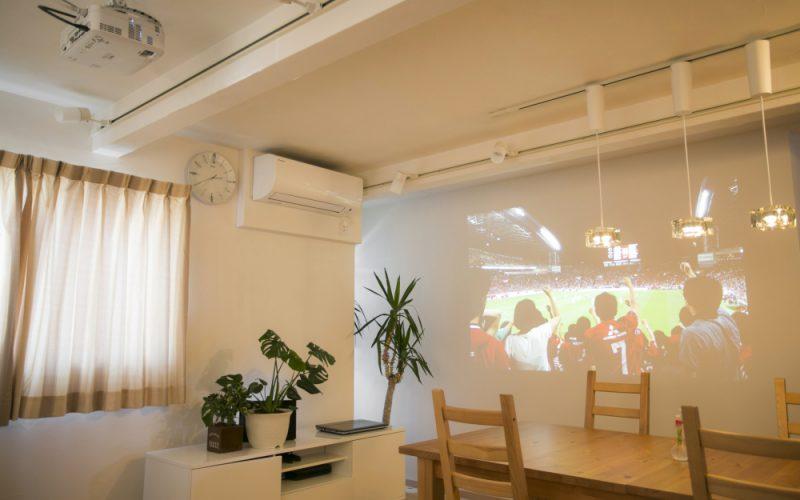 真っ白な壁を生かしてプロジェクターを設置   自然素材の注文住宅,健康住宅   実例写真   埼玉県さいたま市