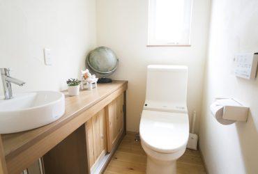 無垢材の手洗いカウンターを設けたトイレ | 自然素材の注文住宅,健康住宅 | 実例写真 | 茨城県牛久市