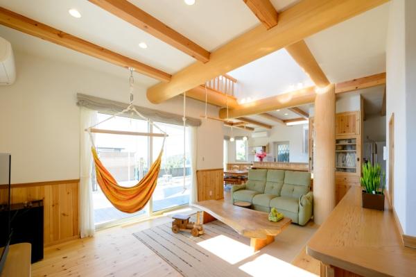 インドアでアウトドアを感じる極太丸太の家