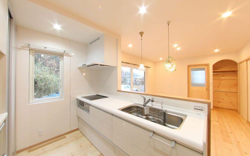 白を基調としたスタイリッシュなキッチン | 自然素材の注文住宅,健康住宅 | 実例写真 | 岐阜県岐阜市