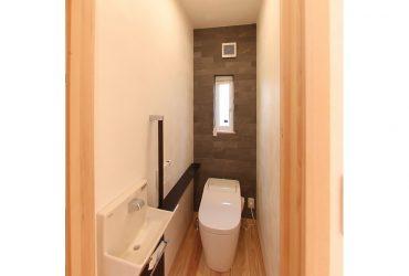 落ち着いた色調のトイレ | 自然素材の注文住宅,健康住宅 | 実例写真 | 埼玉県さいたま市