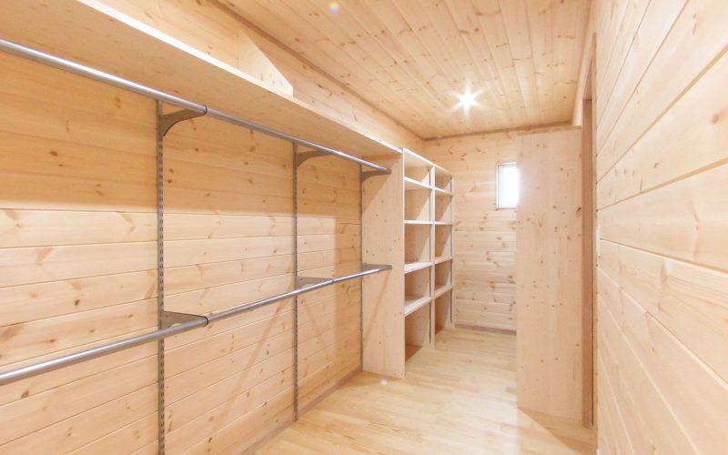 板張り仕上げのウォークインクローゼット | 自然素材の注文住宅,健康住宅 | 実例写真 | 栃木県下都賀郡