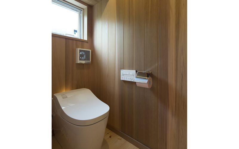 レッドシダーでつくられた癒しのトイレ空間。