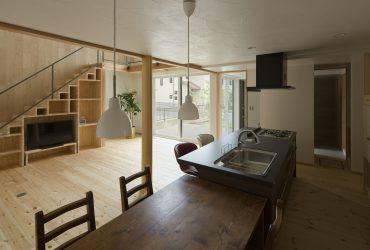 キッチンは玄関から直接アクセス可能なパントリーを隣接して設け、アイランド形式としています。