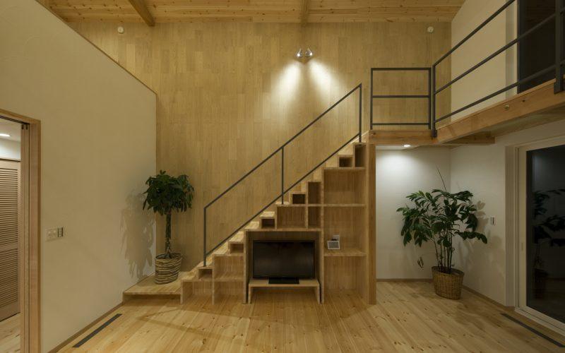 リビング東側には家具状の階段を設け、TV台やワークスペース、ピアノスペース等の諸機能を一体的に納めています。