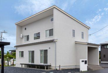 直線を生かしたモダンなデザイン。淡いグレーの外壁が落ち着いた表情を見せる。「『0宣言の家』を知らなければ、真っ黒なサイディングにしていたかも。結果として、健康的でおしゃれな外観になりました」とご夫妻
