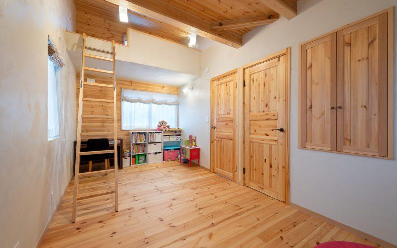 キッズルームにはドアが2つ。今は1部屋として利用しているが、いずれ2人の娘さんがそれぞれの部屋を持ちたくなった時には、空間を仕切ることもできる
