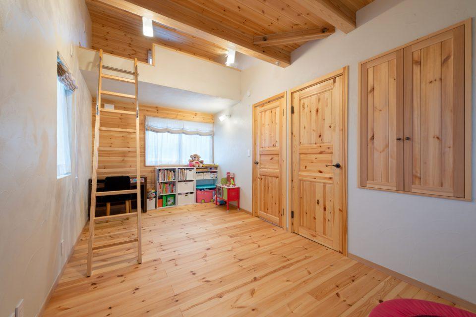 家族の健やかな毎日を見守る ― 自然素材のシンプルモダンな家