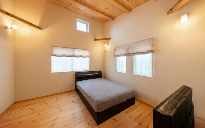 自然素材が穏やかな空気を醸す寝室。「寝る方角にもこだわって間取りを決めました。ぐっすり眠って、朝は窓からの光で心地よく目覚めることができます」と、ご主人がうれしそうに話してくれた