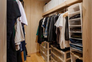 寝室に続くウォークインクローゼットも広々。収納を上手に活用して、寝室内はすっきり。