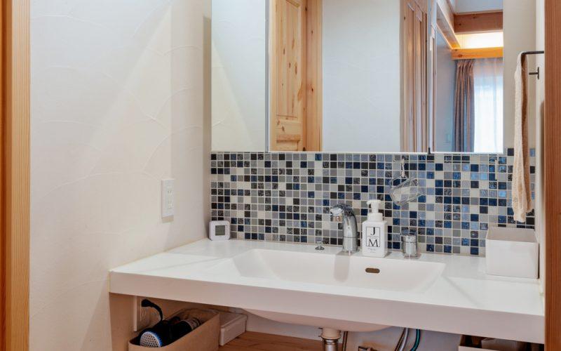 洗面スペースは浴室とは分けた場所に設けた。人が集まった時、皆が共有しやすいようにと工夫したもの