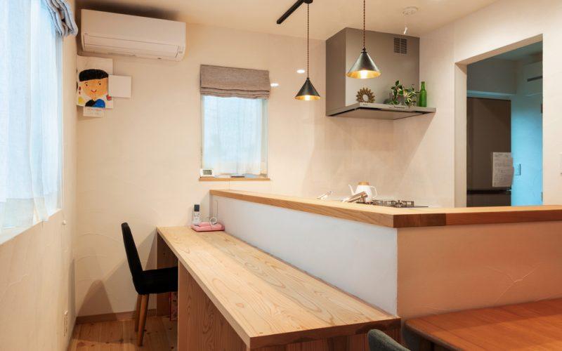 キッチンに対面したカウンター。「自宅ではここで過ごすことが多いですね。僕の書斎代わりです」とご主人