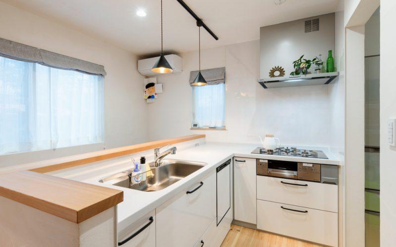 奥さまが1日で一番長い時間を過ごすキッチン。窓から光がたっぷり注ぎ、明るく、とても居心地がいいそうだ