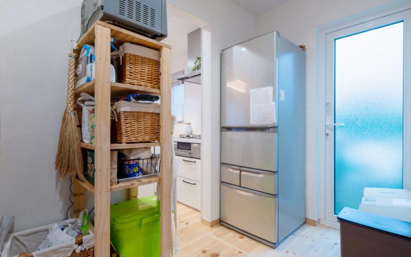 できるだけ生活感をキッチンの表に出さないよう、パントリー側に冷蔵庫や食器などの収納棚を設置している