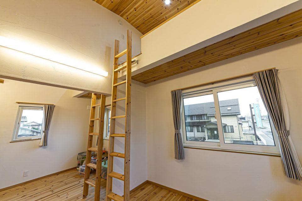 薪ストーブとリビング階段を中心にした家
